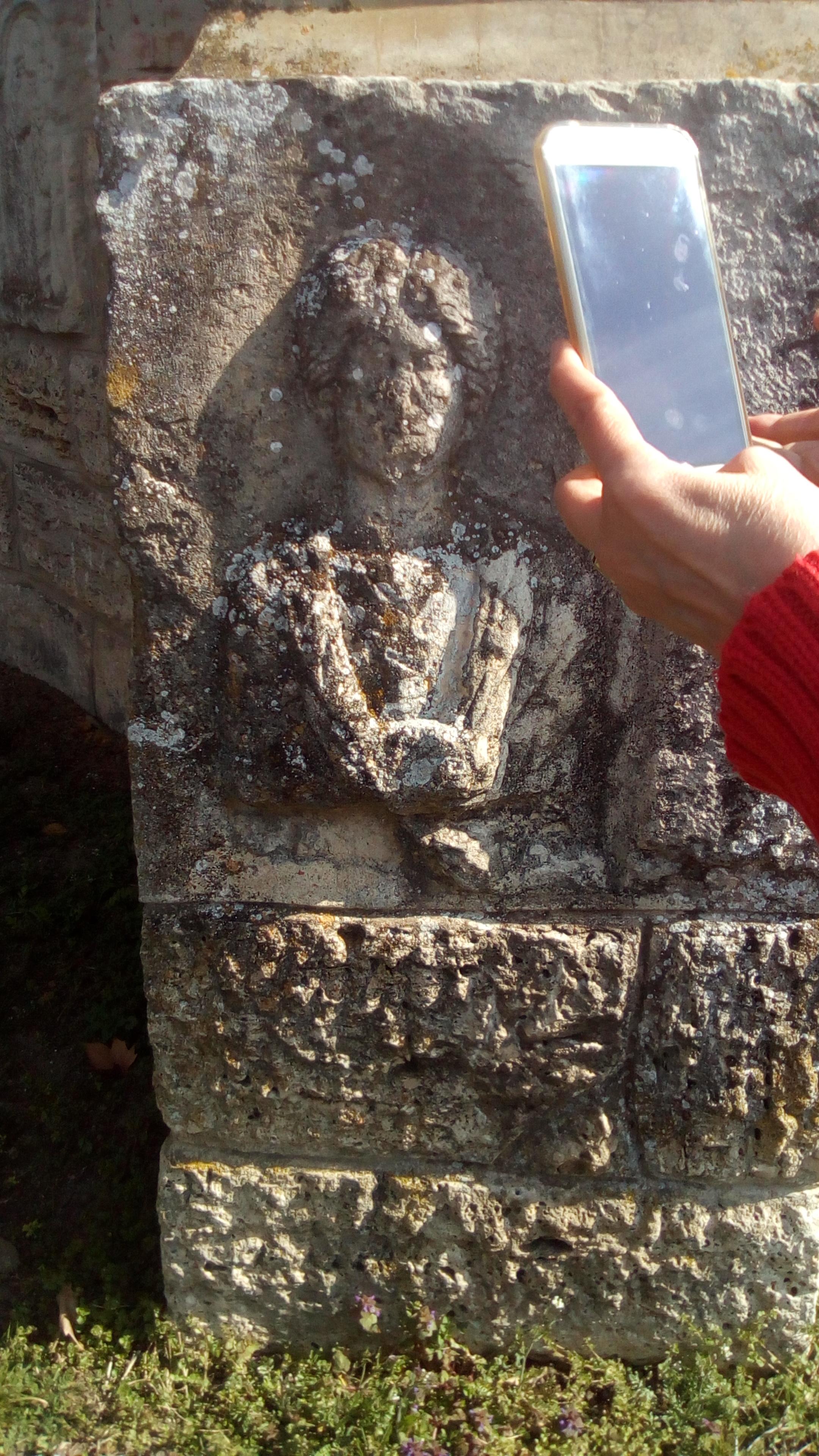 Basorelief roman din castrul de la Cigmău în zidurile Bisericii Rotonda