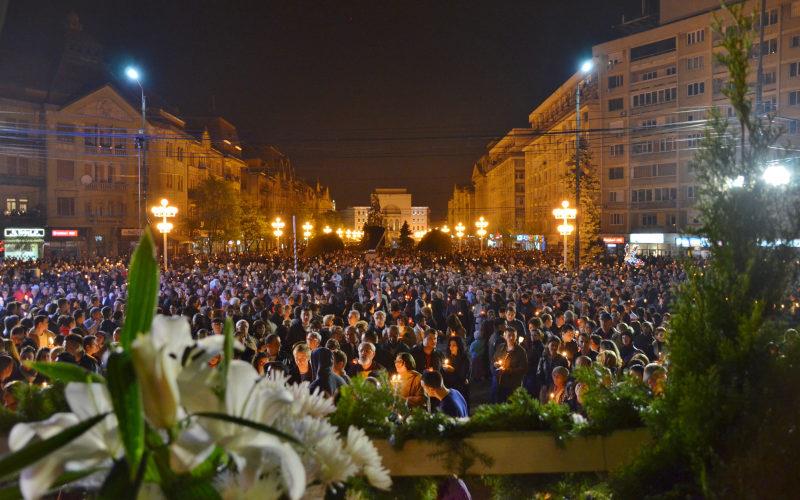 Hristos a Inviat! Mii de credinciosi au luat Lumina la Timisoara